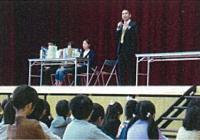 地元の小学校に図書を寄贈